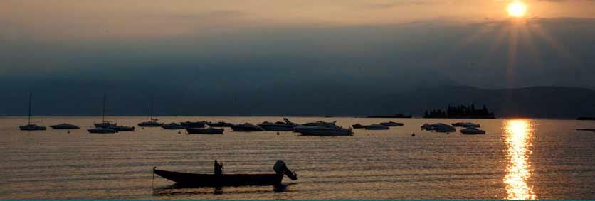 Wunderschöne Panormama am Gardasee. Bungalow und Caravans, sind alle eingegrenzt und mit Elektroanschluss ausgestattet.